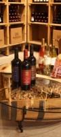 סלון החביות בעבודת יד לצד ספריית היין